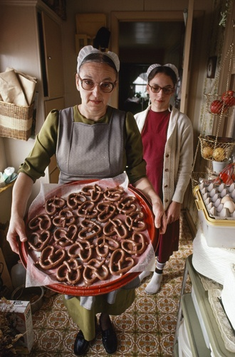 5430.  Following her mother's recipe, Sarah King now passes the Amish Christmas tradition of milk-chocolate-covered pretzels to her daughter Marian.*g