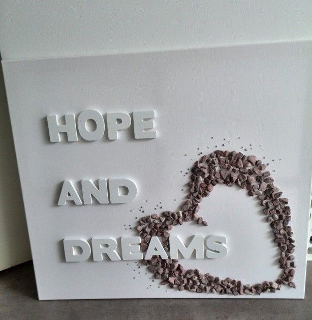 Canvas + houten letters + spuitverf + kiezeltjes