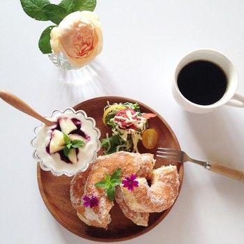 白を基調としたテーブルコーディネート。 シュガードーナツに花が散ってて素敵です。 夢のような気分に浸れる朝食風景ですね。 白いカップに注がれるコーヒーが上品で素敵。