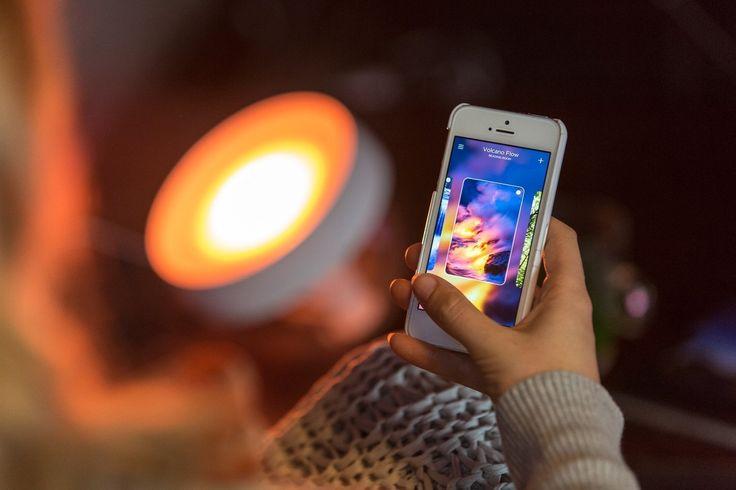 Ať to mají být čisté barvy denního světla nebo zlatavé odstíny podzimního lesa, rozšiřovací sada Philips friends of hue Iris Clear vám umožní vytvořit si doma ideální náladu osvětlení pomocí chytrého telefonu či jiných chytrých zařízení. Philips Hue Stolní svítidlo Iris 71999/60/PH