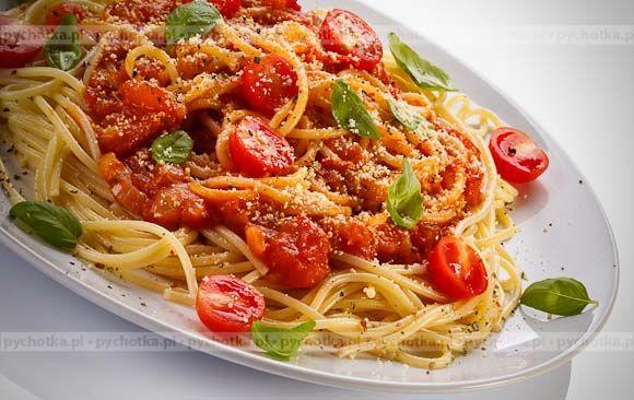 Chcesz zaskoczyć rodzinę i znajomych podaj im smaczne danie z makaronem. Makaron z pomidorami i tuńczykiem . Konieczne składniki: makaron, pomidory, tuńczyk.