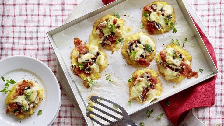 Polenta zubereiten. Als Rondellen auf ein Backblech verteilen. Tomatensauce, Champignons und Mozzarella darauf verteilen und backen.