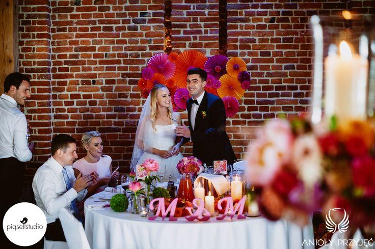 10. Fuchsia Orange Wedding, Head table decoration, Wedding backdrop / Wesele fuksjowo-pomarańczowe, Dekoracja stołu Pary Młode, Tło za Parą Młodą, Anioły Przyjęć