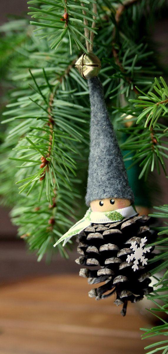 Questo è per uno appeso elfo Pigna. Questi adorabili elfi sono fatti a mano utilizzando prevalentemente materiali naturali quali pigne, legno