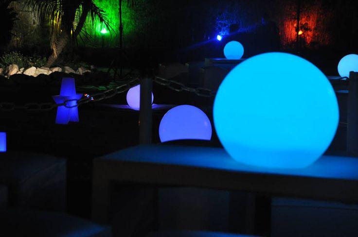 Ambientación exterior con estrellas y esferas leds. *Living y telas blancas.