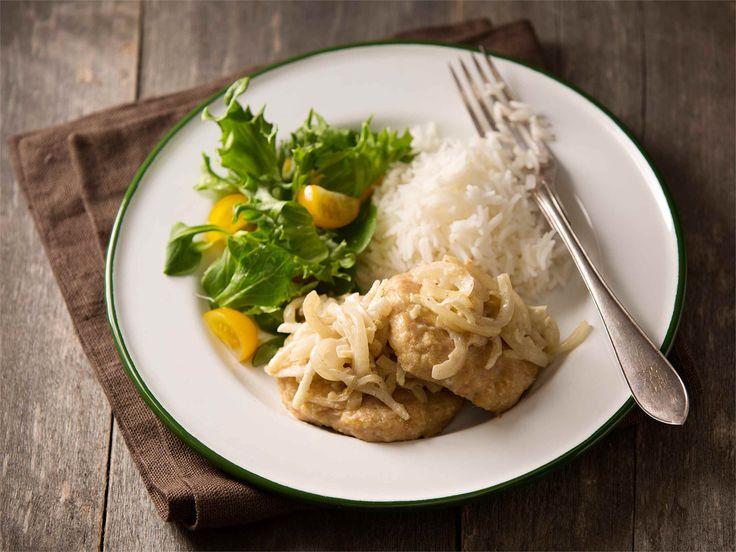 Garam masala broileripihvit Broilerin jauheliha on mietoa ja nopeasti kypsyvää ruokaa. Mausta intialaisittain inkiväärillä ja tarjoa garam masalalla maustetun sipulimuhennoksen kanssa. http://www.valio.fi/reseptit/garam-masala-broileripihvit/ #valio #resepti #ruoka #recipe #food