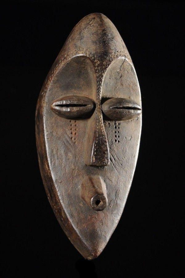 """Certainement un des plus beaux masques d'Afrique. Les Mahongwé (Hongwe singulier), ethnie proche des Bakota, sont surtout connus pour leurs reliquaires en fils de cuivre. On connait beaucoup moins les masques de cette ethnie, qui sont aussi bien plus rares. L'abstraction du visage est à son maximum et il est plus que probable que ce type de masque ait inspiré Pablo Picasso pour son tableau """"Les demoiselles d'Avignon""""."""