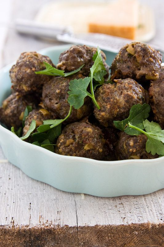 Köttbullar med Parmesan600 g minced beef 1 egg 4 tbsp breadcrumbs 2/3 cup cream salt and black pepper 100 g green olives stuffed with garlic 75 g Parmigiano Reggiano aged 22 months 1 handful fresh parsley