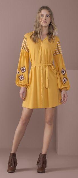 vestido curto cintura marcada com botes manga bufante com bordados etnicos