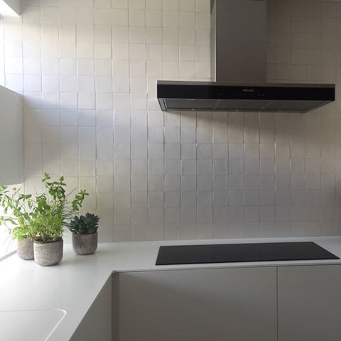 Piastrelle lavorate a mano made in Italy 10x10 cm cotto smaltato Bianco St.Tropez #DomenicoMori per LAURA TOLLENEER _ Villa ad Anversa (Belgio). #handmade #tiles #white #kitchen #stylish #madeinItaly #MoriDomenico -- Handmade tiles made in Italy DomenicoMori for white design kitchen by Arch. @lauratolleneer  --