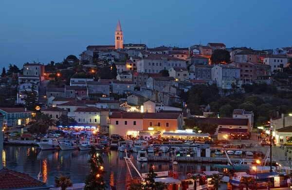 De haven van Vrsar kroatie by night
