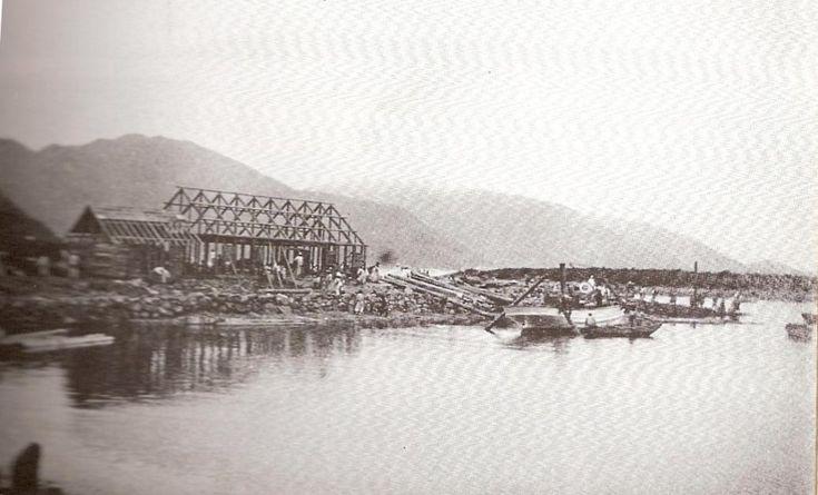 거문도 영국 해병 막사 (1900) British salors barracks,Komundo 주둔군의 기지 공사에 동원된 인원은 약 2,000여명이되고 거문도 주민중에서 300여명이 각종 작업에 참여했다.