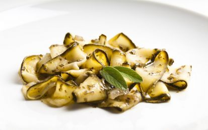 Zucchine in carpione - Per qualcuno le zucchine sono una verdura insipida, invece cucinate con cura diventano gustosissime, come in questo caso, dove dopo essere state fritte vengono messe a marinare con un po' di aceto e foglioline di menta. Questa ricetta può essere un contorno, ma anche parte di un antipasto misto di verdure.