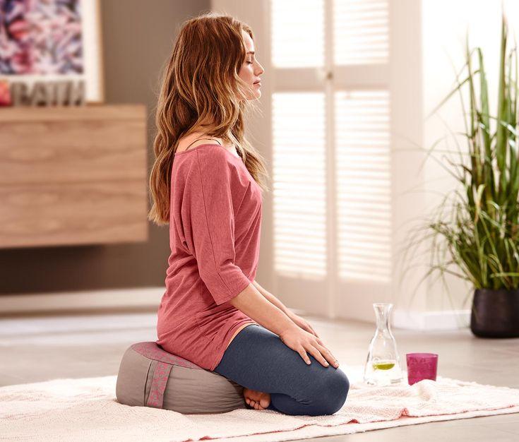299 Kč Na jógu nebo na pohodové chvíle doma: Toto tričko ze směsi bavlny a viskózy je krásně jemné a příjemné k pokožce. S tříčtvrtečními netopýřími rukávy, širokým výstřihem a řasením po stranách pasu se toto pohodlné triko stane Vaším favoritem pro každý den.