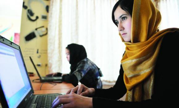 Afganistán es un país musulmán se mantiene en la turbulencia de muchos años. El joven afgano se ha quedado atascado con la guerra y la inestabilidad política. El ejército estadounidense en el nombre de la paz, por su propio pueblo, mató a miles de musulmanes inocentes, incluyendo niños y mujeres. Tal situación conduce a problemas psicológicos en las naciones y la necesidad de tiempo para estabilizarse. Pero ahora los jóvenes afganos están cambiando.