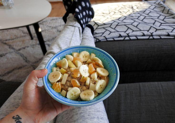 Havre- och chiagröt gjord på mandelmjölk toppad med banan, äpple och clementin.