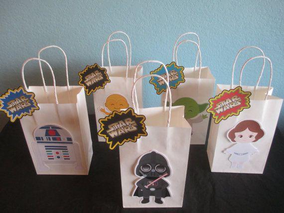 Bolsas de chuchería de Star Wars sería perfectos para una fiesta de cumpleaños de Star Wars o el tema de la fiesta. Recibirás: (1) conjunto de 10 Star Wars golosinas bolsas con etiquetas Son bolsos de tamaño 8 H x 5 1/2 1/4W x 3 D Si usted tiene alguna pregunta póngase en contacto conmigo. ¡ÓRDENES DE ENCARGO SON BIENVENIDAS! ¡Gracias por mirar! Gráfico por Cutesiness