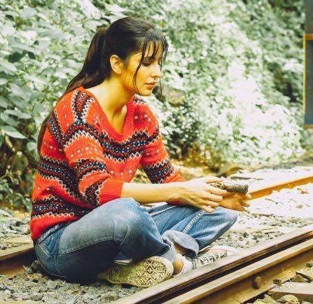 Nahi Meri Jaan. Don't sit on the railway tracks like that !