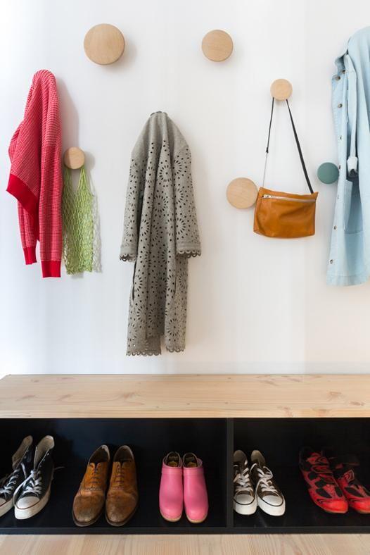 L'INGRESSO La parete è attrezzata con una sequenza disordinata di appendiabiti Dots di Muuto, design Lars Tornøe, e una panca a uso scarpiera, su disegno dell'architetto Morris.