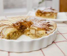 La torta di mele cotogne ha il pregio di essere molto versatile: adatta per il dopocena, per la merenda, ma anche per la colazione.
