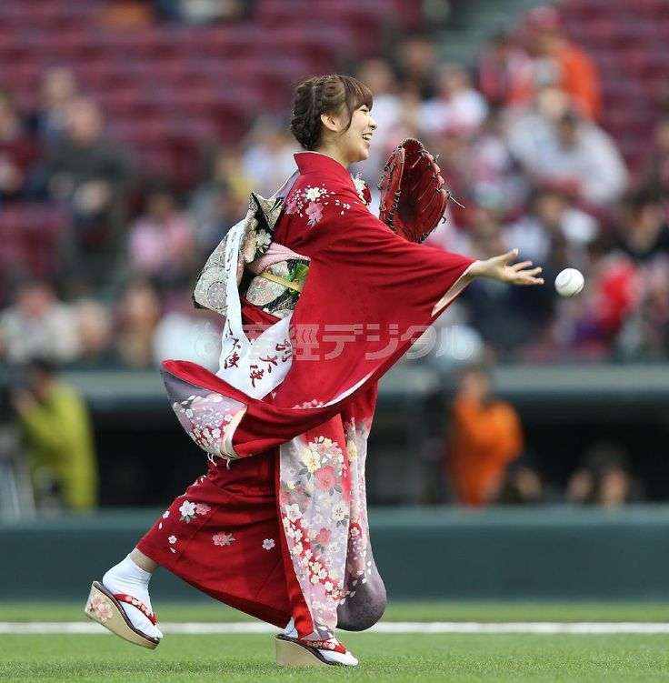 AKB48 member and Enka-singer Iwasa Misaki throws out the ceremonial first pitch at a Japanese baseball game while wearing a beautiful kimono! (May, 4 2014) . You are a champion Wasamin : )