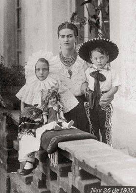 ¡Viva Frida! ¡Vivan las tortillas de maíz! ¡Vivan las películas de Tin Tan! ¡Viva el Huapango de Moncayo! ¡Vivan las canciones de José Alfredo! ¡Viva Oaxaca! ¡Viva el café de Veracruz! ¡Vivan los chiles jalapeños! ¡Viva el aguacate, el chocolate, el jitomate! ¡Viva el Son de la Negra! ¡Viva Juan Rulfo! ¡Vivan los viernes! ¡Viva México!
