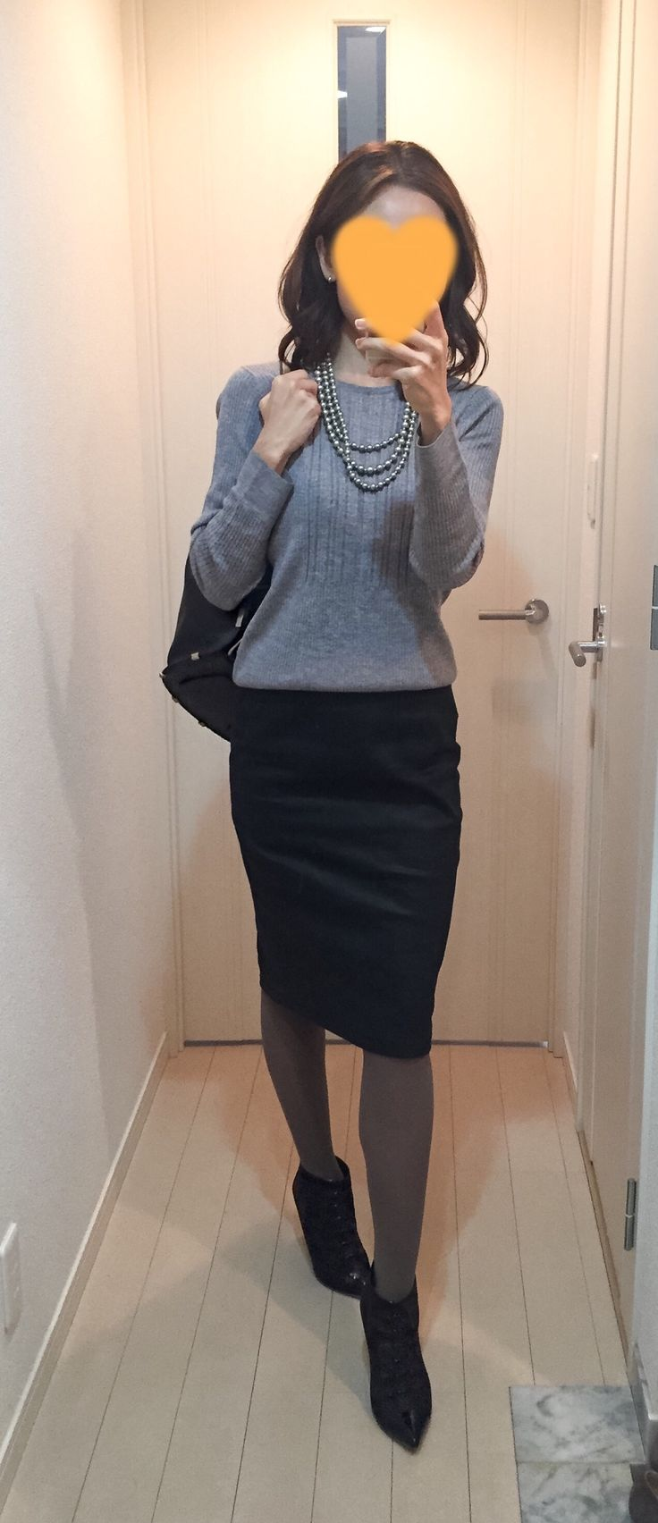 Grey sweater: Des Pres, Faux leather skirt: Sisley, Bag: ZAC Zac Posen, Boots: Fabio Rusconi