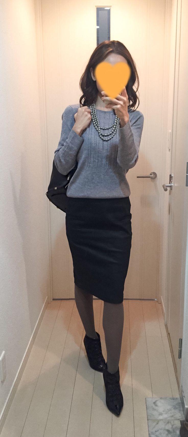 Grey sweater: Des Pres, Faux leather skirt: Sisley, Bag: ZAC Zac Posen, Boots: Fabio Rusconi