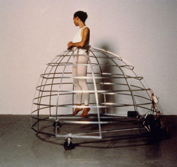 Jana Sterbak, Remote Control, 1989 Cette artiste, d'origine tchèque née en 1955, a construit deux structures mécanisées calquées, en plus grand, sur la forme des crinolines. Une fois installée au milieu de la crinoline, suspendue au-dessus du sol, elle se déplace à l'aide d'une télécommande qui lui permet de glisser dans la pièce. Mais, avec la télécommande entre les mains, elle n'est pas maîtresse de ses mouvements, qui restent déterminés par la machine. Cette œuvre est une critique de la…