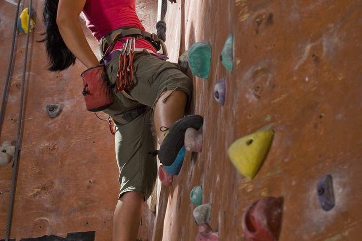 Las técnicas básicas de escalada. Comenzar en la escalada se puede sentir tan difícil que algunos principiantes pueden pensar que son demasiado débiles, pequeños o pesados para tener éxito. Esto se debe a que asumen incorrectamente que la escalada se trata de ser fuerte. La realidad es que ...