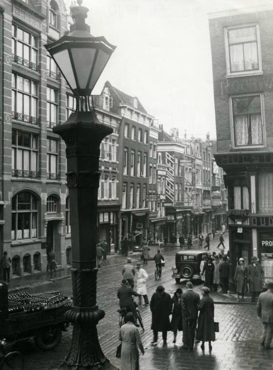 De Kipstraat gezien vanaf het bordes van het oude stadhuis in oktober 1932. Reeds in 1373 komt een straat onder de naam Kipsloot voor die langs het water van die naam liep. In oude stukken, tot in het midden van de 16de eeuw, komt het water ook wel onder de naam Rotte voor.