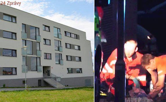 Z okna luxusní bytovky vypadl chlapeček: Boj o život prohrál v nemocnici