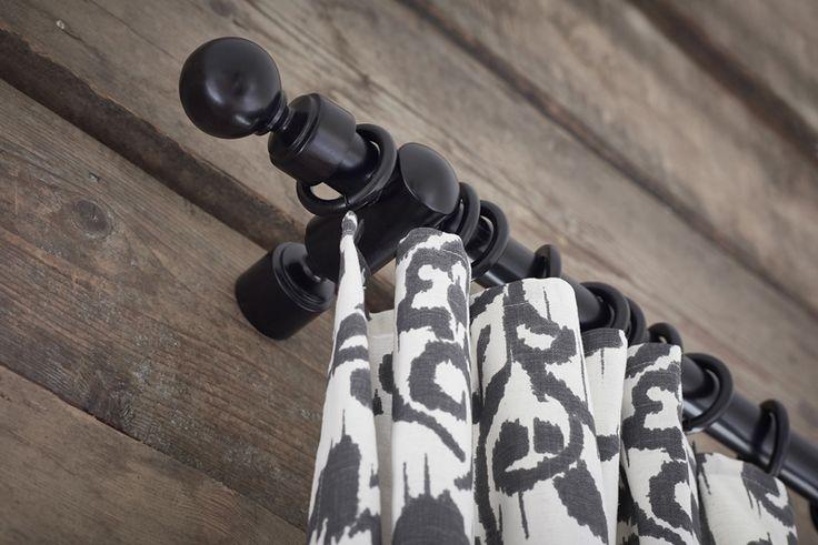 Χάρη στο κουρτινόξυλο PORTION τώρα είναι εφικτό να δημιουργήσετε ένα απόλυτα παραδοσιακό στιλ, στο παράθυρο. Το κουρτινόξυλο PORTION είναι κατασκευασμένο από μασίφ ξύλο και θα το βρείτε σε λευκό ή μαύρο. Οι κρίκοι με κλιπ και γάντζο, σας βοηθούν να κρεμάσετε την κουρτίνα πολύ εύκολα.