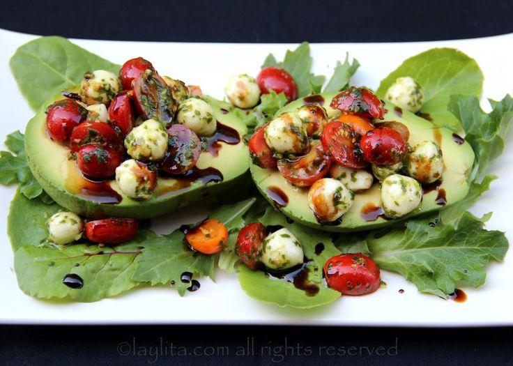 Receita de abacate caprese, um delicioso aperitivo ou salada preparada recheando abacates maduros com salada caprese de tomate e muçarela, com um toque de redução de vinagre balsâmico.