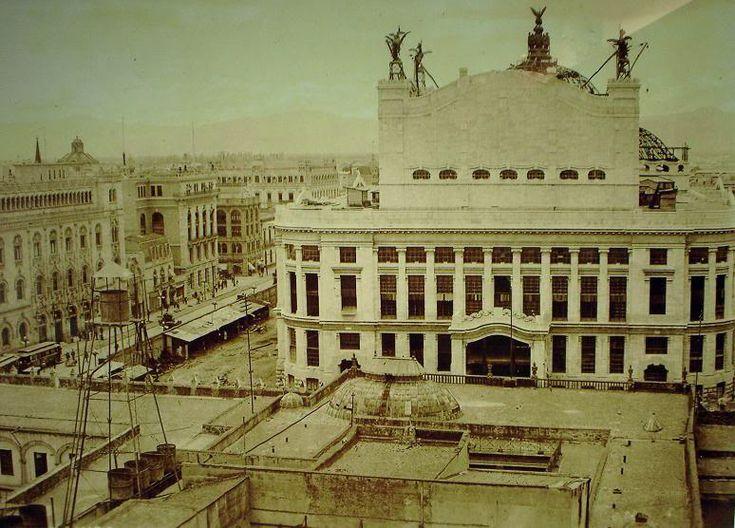 Vista posterior del edificio de Bellas Artes con los pegasos aun en el cubo del Palacio, a la izquierda el Palacio de Correos, una construccion desaparecida, el edificio de la Mutu, luego Banco de Mexico y cruzando 5 de Mayo, el edificio al norte de la Casa de Los Escandon- Arango demolidas para dar paso  a un Anexo del Banco de Mexico. ca 1915