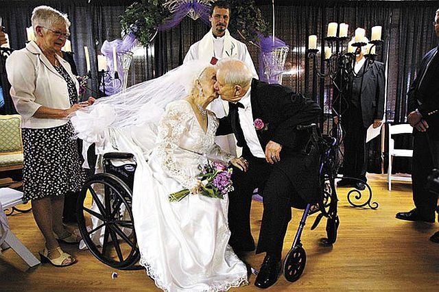 Sosem késő: 10 idős szerelmespár bizonyítja be!