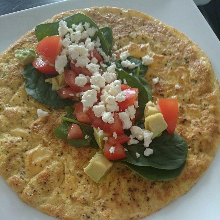 """Eiwrap voor biijv. lunch Klop 2 eieren met wat zout, peper, scheutje (soja)melk en wat verse kruiden. Bak je ei mengsel aan 2 kanten bruin. Beleg de """"wrap"""" met tomaat, rucola, avocado, komkommer en feta of mozarella. #koolhydraatarm #sportvasten"""