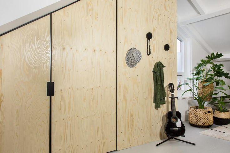 Extra opbergruimte op je zolder creëren kan nog best lastig zijn. Want onder die schuine wanden passen lang niet alle kasten. Maak daarom zelf een schuine wandkast, die perfect in jouw ruimte past!