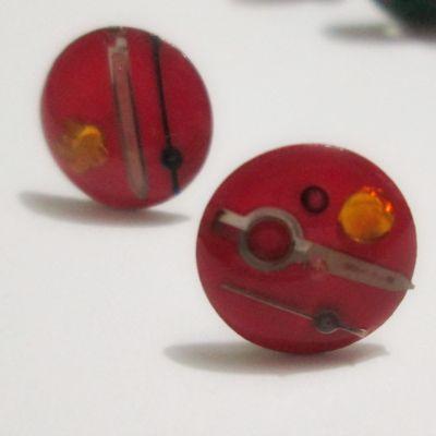 Aretes Flechitas salmón Materiales: Maquinaria de reloj recuperada, taches, resina Valor: $3.500