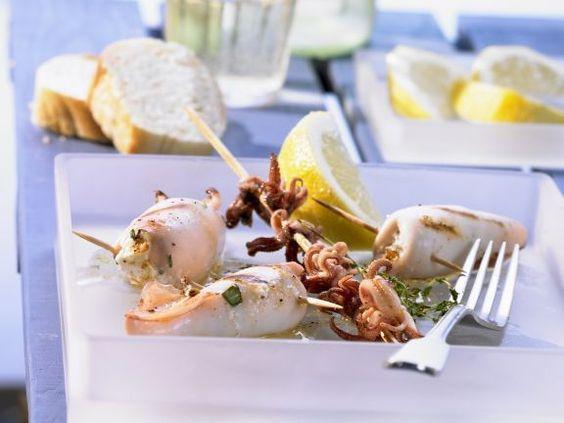 Gegrillte Calamari mit Feta-Füllung ist ein Rezept mit frischen Zutaten aus der Kategorie Tintenfisch. Probieren Sie dieses und weitere Rezepte von EAT SMARTER!