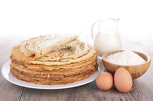 Zin in pannenkoeken? Dan kan je natuurlijk kiezen voor pannenkoekenmeel waar alleen nog maar melk bij hoeft of zelfs voor kant-en-klare pannenkoeken die je alleen maar hoeft op te warmen in de magnetron. Maar wil je het puur dan maak je je pannenkoeken natuurlijk helemaal zelf. Wel zo lekker. Het enige wat je nodig hebt is namelijk bloem, melk,eieren, wat boter en snufje zout…..