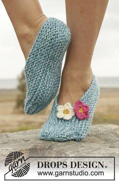 Chinelos DROPS em ponto jarreteira, trabalhado lateralmente com flores em crochet em ...