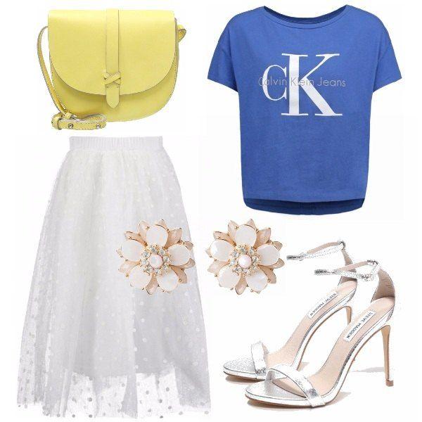 Gonna in pizzo a pois in rilievo di colore bianco, maglia sportiva Calvin Klein da portare dentro la gonna a vita alta un po' rimborsata, sandali col tacco argentati, borsa tracolla giallo chiaro e orecchini a fiore.