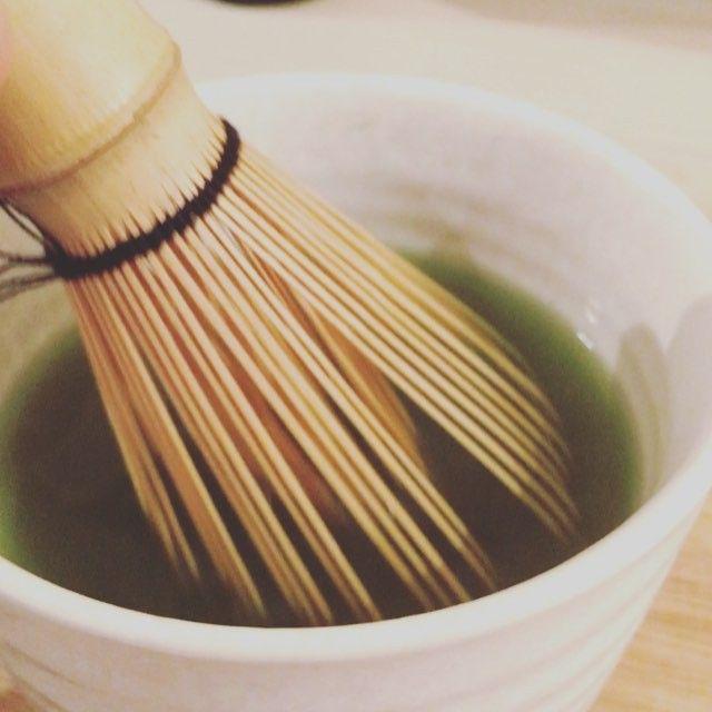 El té matcha o maccha (抹茶) es un tè verde japonès  que se trata delicadamente y se usa principalmente en la tradicional ceremonia del tè japonesa . Y en #brunchit nos encantó este ritual y su sabor  que te hace sentir ligero, limpio y saludable! Ven y pruèbalo ya! ❤️matcha #maccha #tea #gourmet #bio #brunchitorganic #malaga #healty #food #energy #malaga #specialtea #foodporn