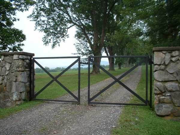 Best 25 metal driveway gates ideas on pinterest wrought for Driveway gate plans
