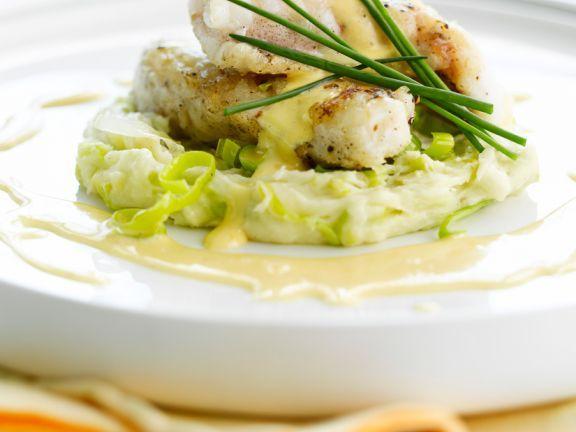 Gebratener Seeteufel mit Püree und Senfsauce ist ein Rezept mit frischen Zutaten aus der Kategorie Meerwasserfisch. Probieren Sie dieses und weitere Rezepte von EAT SMARTER!