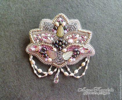 Купить или заказать Брошь 'Moonlight flower' в интернет-магазине на Ярмарке Мастеров. Крупная, эффектная брошь в форме стилизованного цветка. Выполнена в сдержанной серебристо-розовой гамме, с использованием кристаллов нежно розового цвета, натурального жемчуга двух цветов, натурального перламутра, а так же серебряного бисера. Дополнительный блеск придают мелкие кристаллики. Ненавязчивая жемчужная подвеска и капелька розового кристалла, служат гармоничным завершением броши.