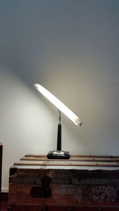 Online veilinghuis Catawiki: Oude Originele Hitachi Dask Stand Moon Light 512 Japanse Retro Vintage Bureau / Tafel / Dressoir / SchrijfLamp Met Zwartmetalen Kunstof Beklede Voet.