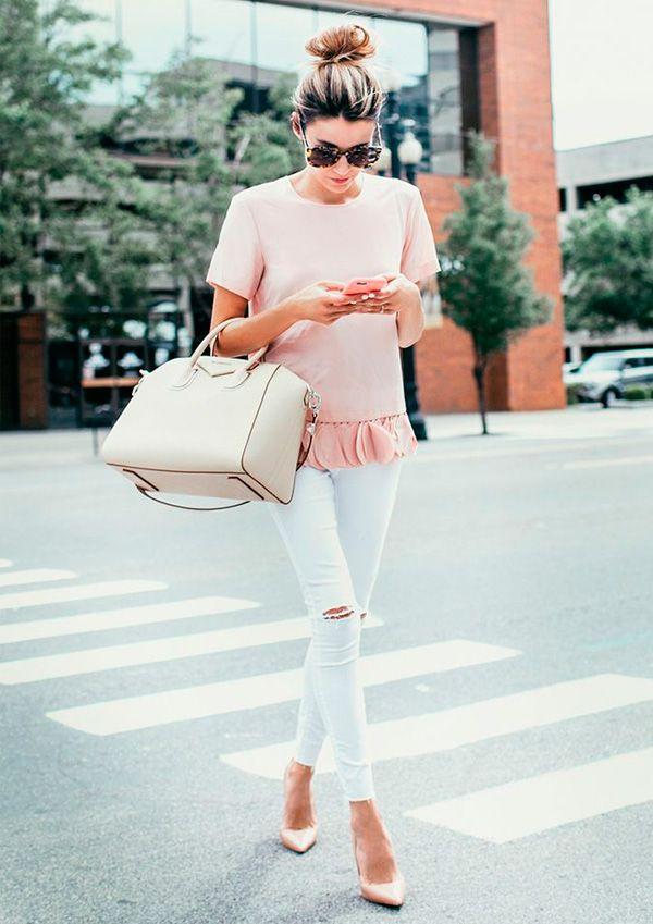 Blusa rosa, calça branca e sapato nude