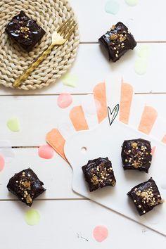 Yum! Onze stagiaire Karien trakteerde op deze no bake vegan brownies. Wij vroegen haar naar het recept om met jullie te delen (en ook voor ons natuurlijk).